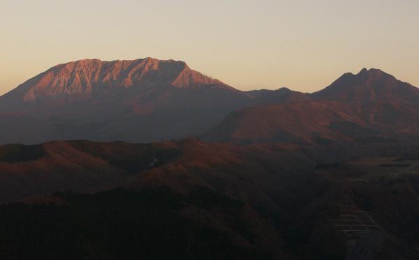 夜明けの大山と烏ヶ山